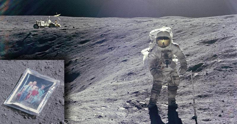 Fotografía de Charles Duke astronauta del Apollo 16 al lado de un cráter de impacto del que obtuvieron algunas muestras.  Como un detalle adicional, Duke dejo en las vecindades del cráter una foto de su familia que todavía permanece allí, posiblemente descolorida por acción de la luz UV del Sol.  Foto: John Young, Crédito: NASA