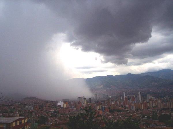 La relatividad general está en todas partes.  La caída de las gotas de lluvia sobre la ciudad de Medellín (Colombia) obedece a la diferencia entre el espacio-tiempo dentro de las nubes y aquel a ras del piso.  Llover ¡es un fenómeno relativístico! (Foto tomada de Panoramio/Google Earth)