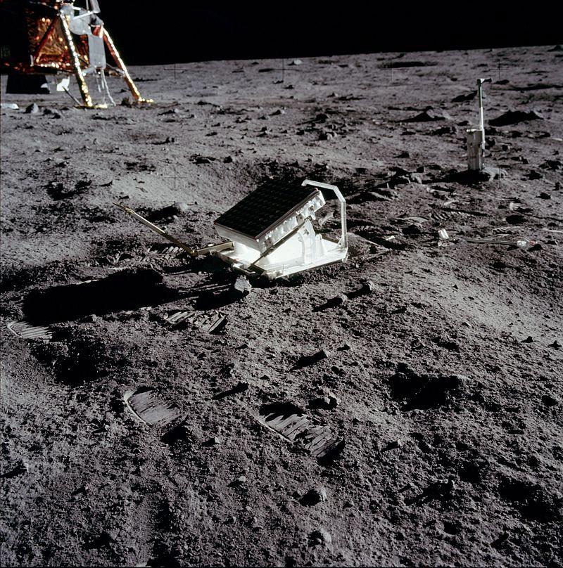 Retroreflectores del Lunar Laser Ranging Experiment (LRRR) instalados cerca al Aguila, el módulo de descenso del Apollo 11.  Usando estos reflectores y otros más dejados en la Luna por las misiones Apollo conocemos hoy con suma precisión los movimientos de nuestro satélite.  Crédito: NASA.