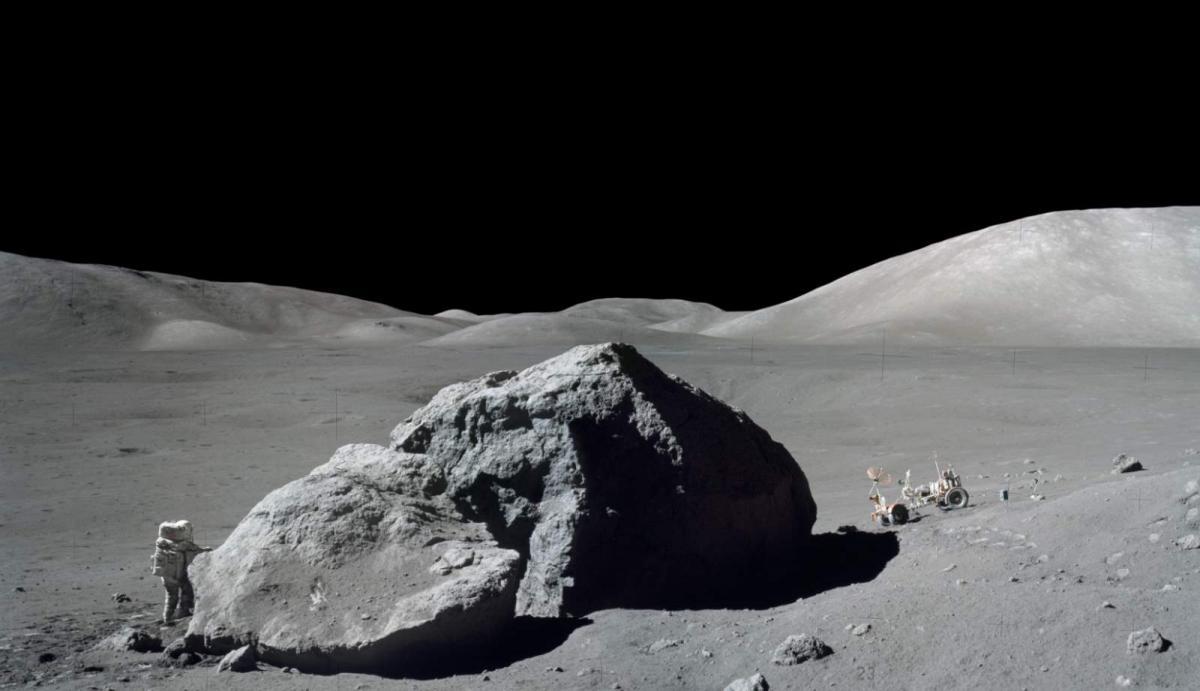En 1963 lo que ignorábamos sobre la Luna era a lo que sabíamos con certeza lo que el volumen de está roca era al del astronauta Harrison Schmitt, el único científico que ha estado en la Luna. Foto: Misión Apollo 17. Crédito: NASA.