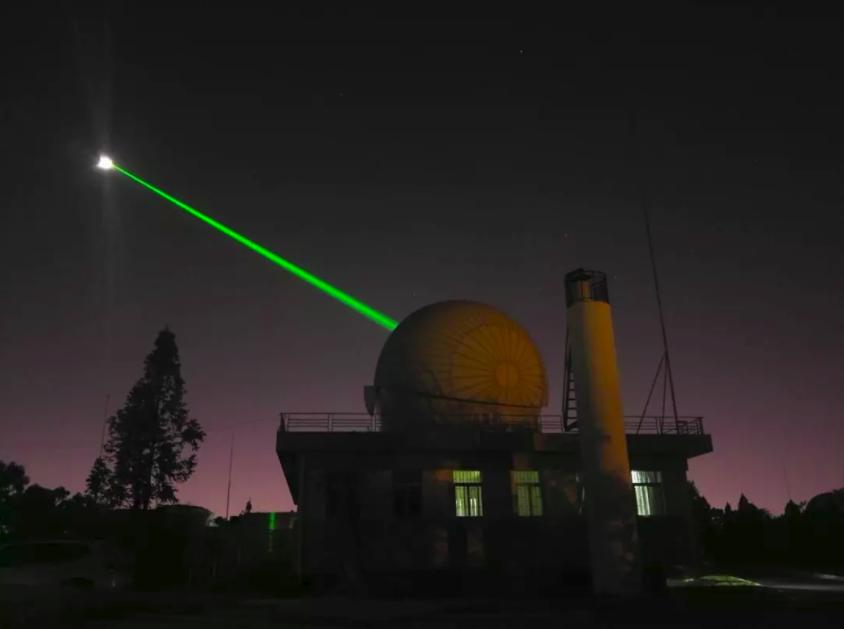 Un poderoso haz láser disparado desde un observatorio en China en 2018 demuestra la capacidad que tenemos hoy (con los instrumentos adecuados) de usar los retroreflectores lunares instalados por los Apollo para monitorear la distancia a la Luna.  Crédito: Academia China de las Ciencias.