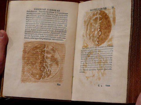 Una copia original del Sidereus Nuncius, mostrando los dibujos que hizo Galileo de la Luna que vió por el telescopio, una Luna imperfecta con cráteres, montañas y llanuras como la Tierra. Crédito: Richard Lan.