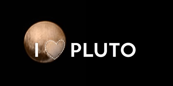 La última imagen de Plutón tomada por la New Horizons a menos de una semana de su histórico sobrevuelo. Sobresale una extraña región del planeta, tal vez cubierta por nitrógeno congelado, que recuerda la forma de un corazón y que ha permitido a los más apasionados plutonistas crear este bonito meme (crédito: @Alex_Parker en Twitter)