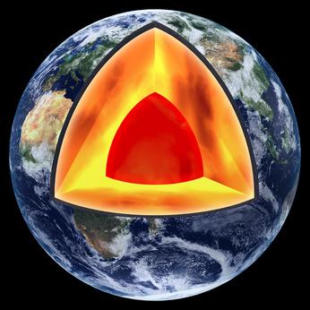 El Interior de la Tierra contiene ingentes cantidades de elementos radioactivos que producen como mínimo la mitad del calor que alimenta procesos como la tectónica de placas o el vulcanismo. Crédito: Swiss Hamony.