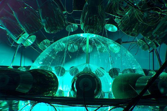 Representación artística de Borexino, el detector que acaba de anunciar la detección de un puñado de anetineutrinos procedentes de la batería nuclear en el interior de la Tierra.  Crédito: Borexino Collaboration
