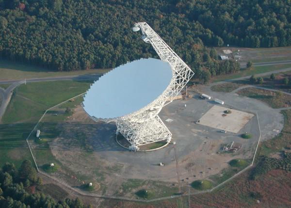 El radiotelescopio en Green Bank (Virginia, EE.UU.) se unió a las observaciones de Ross 128 y otras enanas rojas el domingo 16 de julio para confirmar o descartar las misteriosas señales detectadas desde Arecibo unos meses antes. Crédito: NRAO.