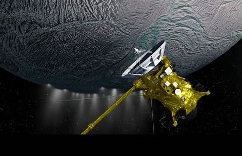 Cassini sobrevoló 22 veces a Encélado de las cuáles el sobrevuelo más cercano fue el que tuvo lugar el 28 de octubre de 2015 cuando paso a tan solo 49 kilómetros de la superficie.  Fue en ese sobrevuelo que descubrió el Hidrógeno molecular.  Crédito: NASA/JPL