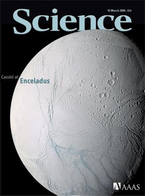 Encelado ha ocupado ya la portada de la revista Science, como seguramente lo hará en el próximo número en el que se publica el artículo del que trata esta entrada.  Crédito: Science/AAAS