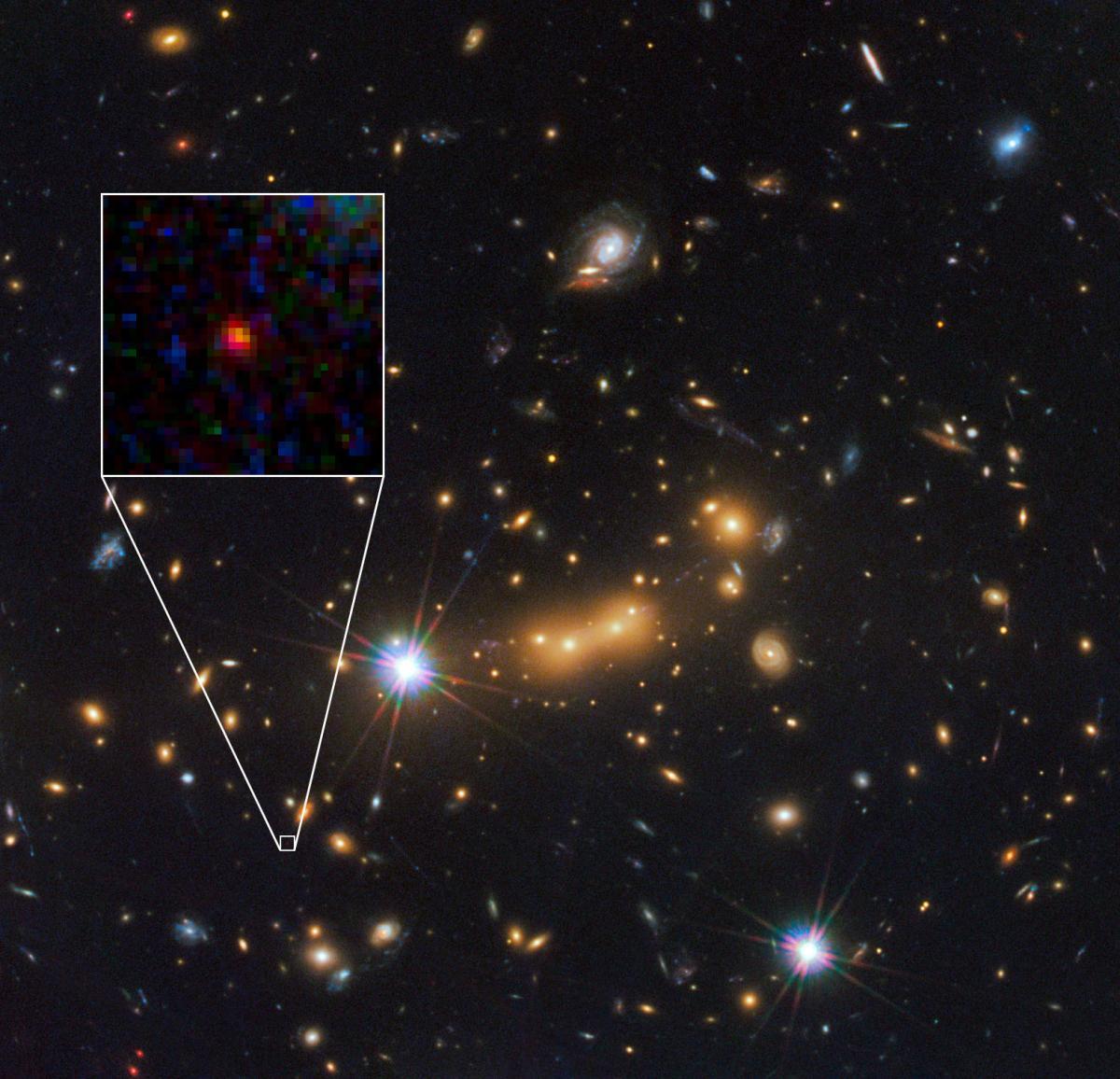 Las galaxias lejanas se ven más rojas que las galaxias cercanas. Este hecho observacional básico es una de las motivaciones observacionales de la teoría del Big-Bang. En la foto, entre otras galaxias resaltadas, aparece la imagen rojiza de la galaxia MACS0647-JD, una de las más remotas jamás observadas (crédito: NASA/Hubble)