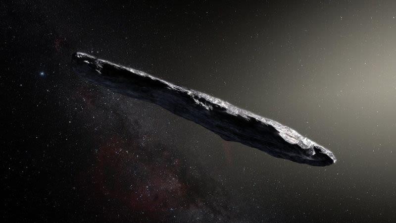 Una representación artística del extraño objeto interestelar Oumuamua, en el que se asume que es similar a un asteroide o cometa con una forma peculiar.  Crédito: Observatorio Europeo Austral / M. Kornmesser