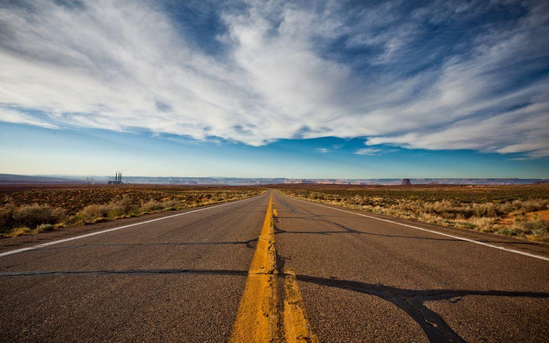 Podríamos a partir de esta imagen extrapolar que la carretera se extiende hasta el infinito y que la Tierra es plana.  Así nos comportamos a menudo con los agujeros negros, llevando la relatividad general a extremos en los que es casi imposible que se cumpla rigurosamente.